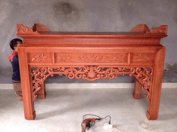 Bàn thờ gỗ Hương đỏ được làm từ chất liệu gỗ quý hiếm của gỗ Việt
