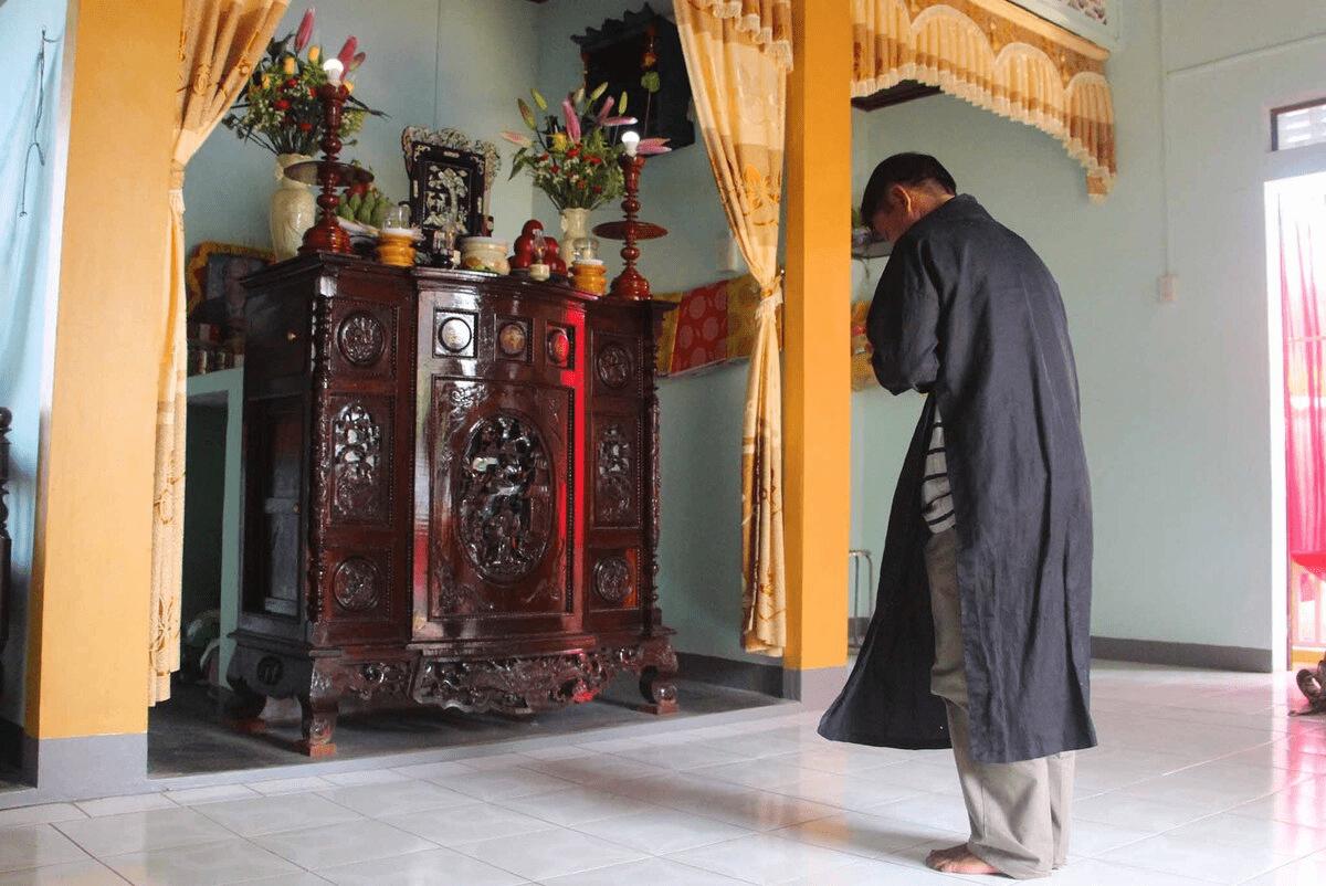 Khấn thần linh, gia tiên trước khi dọn dẹp bàn thờ