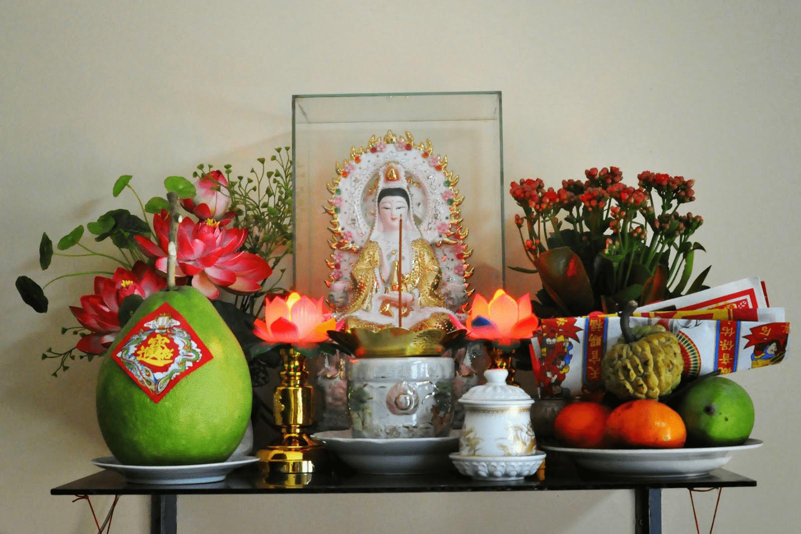 Bàn thờ Phật Bà Quan Âm treo tường giúp tiết kiệm diện tích