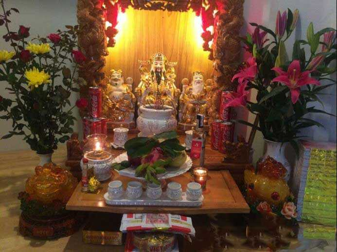 Bàn thờ Thần Tài - nơi bày tỏ tấm lòng thành kính với thần linh