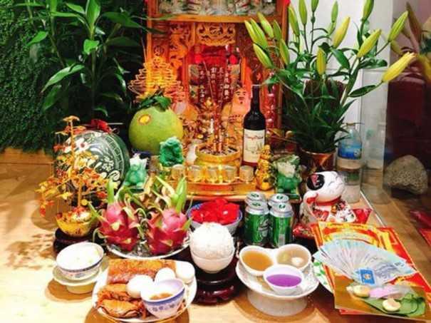 Bát hương trên bàn thờ Thần Tài ngày tết