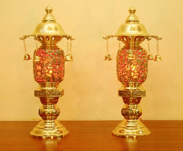 Đôi đèn thờ đồng giúp không gian phòng thờ trở nên ấm cúng