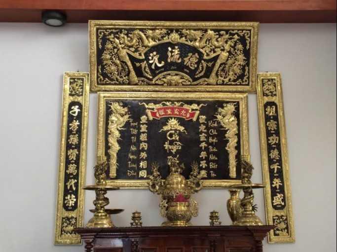 Hoành phi câu đối trên bàn thờ của nhà con thứ