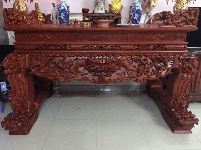 Sập thờ được làm từ gỗ Gụ rất sang trọng, bền đẹp