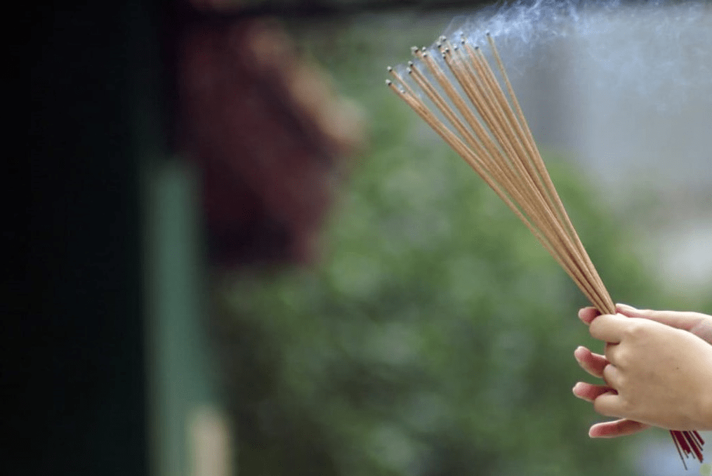 Thắp nhang - Nét đẹp truyền thống của người Việt