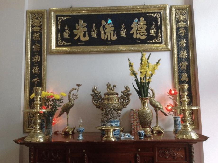 Trang trí hạc trên bàn thờ nhà con thứ