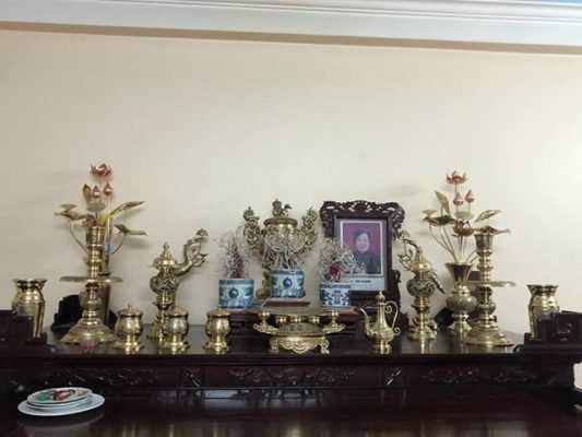 Các vật phẩm trên bàn thờ.jpg