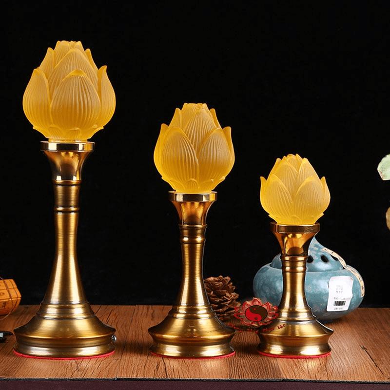 Đèn thờ hoa sen tinh khôi trên bàn thờ Phật