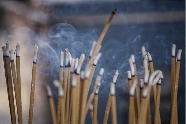 Giải nghĩa đúng ý nghĩa việc thắp hương với người nước ngoài
