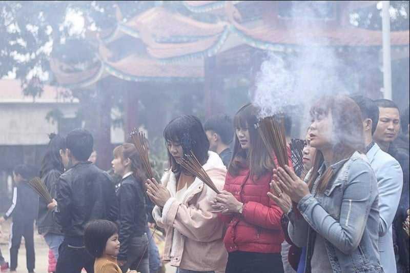 Thắp hương là nghi lễ truyền thống của Việt Nam