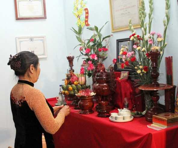 Cắm hoa bàn thờ gia tiên giúp cải thiện phong thủy