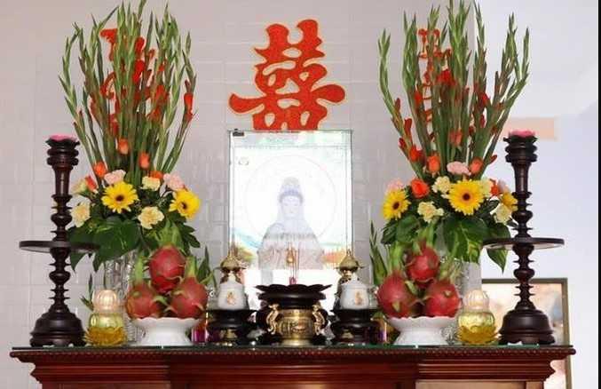 Cắm hoa cúc vàng bàn thờ Phật