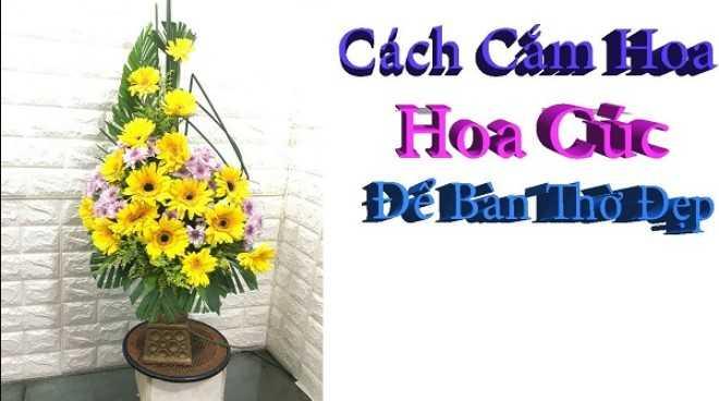 Cắm hoa cúc vàng để bàn thờ dạng bậc thang