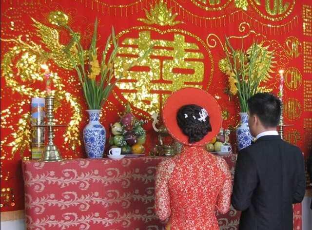 Chuẩn bị hoa cắm trên bàn thờ ngày cưới