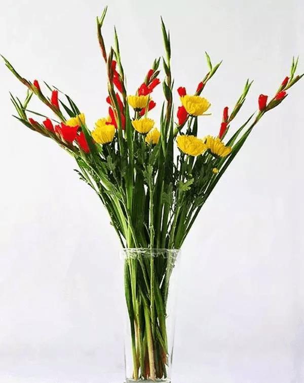 Kết hợp hoa cúc vàng với lay ơn để bàn thờ