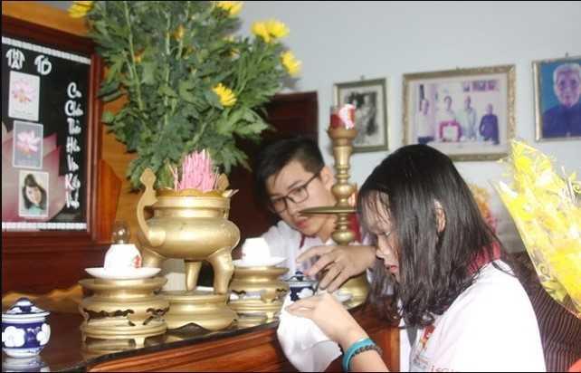 Lau chùi bàn thờ thường xuyên để hút tài lộc