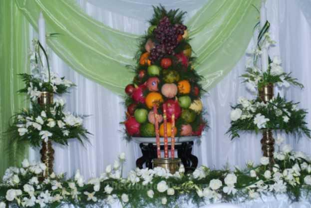 Mâm ngũ quả và hoa bàn thờ ngày cưới