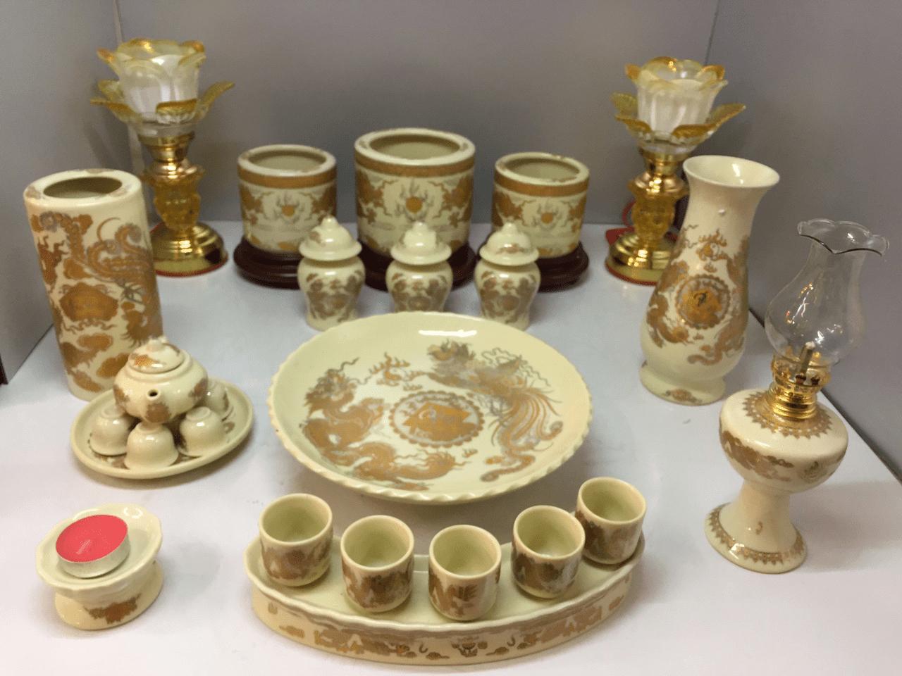 vệ sinh bàn thờ sạch sẽ tránh làm bát hương bị rụng tàn
